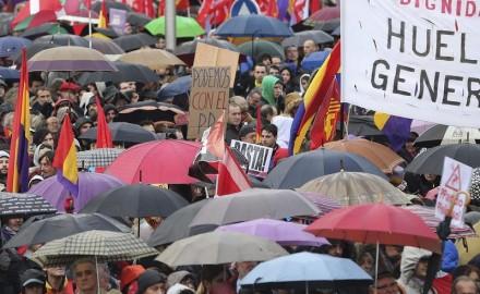 """Decenas de miles marchan en Madrid por """"Pan, techo y trabajo"""""""