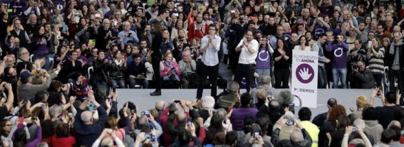 """La reciente Asamblea Ciudadana de Podemos ha dejado planteadas muchas discusiones sobre este fenómeno político. Sin duda el debate que más repercusión ha tenido ha sido el del modelo organizativo. Sin embargo en este artículo quisiera abordar el proyecto programático que comienza a concretarse y que en palabras de Pablo Iglesias persigue situarse en el centro del tablero político. El discurso de """"no somos de izquierda ni de derechas"""" se ha venido presentando hasta ahora como una forma de diferenciarse de los dos polos del turno del actual Régimen bipartidista. De ahí que se le opusiera la dicotomía de """"los de abajo contra los de arriba"""". Sin embargo, la apuesta por el centro como la única estrategia (electoral) que puede permitir una victoria en las generales de 2015 es mucho más definitoria del carácter del programa de reformas que propondrá Podemos. En este giro veloz hacia la moderación Podemos viene desde hace meses dejando muchas de las demandas que motorizaron su creación y que estaban recogidas en el Manifiesto Mover Ficha. Con una discusión política casi inexistente aquel Manifiesto fue rebajado por un """"comité de expertos"""" nombrado por Iglesias y su círculo cercano antes de las elecciones europeas. Desde entonces hasta ahora ha sido la labor autónoma de sus portavoces la que han ido descafeinando el programa. Y en la actual Asamblea, aprovechando que el debate se centraba en el modelo organizativo, se han logrado colar algunas definiciones claves, como la postura ante la deuda. Toda esta definición a la baja del programa se viene haciendo sin discusión alguna. Con una combinación de posiciones personales de los dirigentes de facto del partido, aquellos que mantienen una mayor presencia mediática, que luego se transforman en propuestas que se presentan a plebiscito por internet, sin dar la oportunidad de que se abra una discusión organizada y democrática. El tirón mediático del equipo de Iglesias y la búsqueda de avales académicos de prestigio garantizan que """