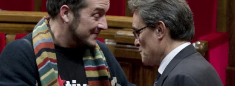 La nova consulta proposada per Artur Mas pel 9N confirma un aspecte central del seu full de ruta. CIU ni pot ni vol incomplir ni una coma de l'ordenament legal vigent del Règim del 78. La suspensió del TC de la Llei de consultes i del decret del 9N és acatat pel Govern. Com a contrapartida, en base a les competències en participació ciutadana que té la Generalitat. Mas promet que el 9N hi haurà urnes i paperetes, i que els catalans podran votar en una consulta alternativa. Un canvi jurídic que busca rebaixar el xoc amb el Règim espanyol, doncs la nova consulta no estarà emparada per cap llei ni decret desprès per les institucions catalanes. Si l'anteriorconsulta s'emmarcava en el fet de no ser vinculant , aquesta nova es veu reduïda al caràcter del simbòlic. La voluntat del poble català a decidir sobre el seu futur aspira a molt més que una votació simbòlica. Les centenars de milers de persones que s'han estat mobilitzant a les passades Diades volen expressar la seva opinió, sí, però per que es dugui a terme. La consulta despresa de la Llei de Consultes no pretenia que el seu resultat fos vinculant. La nova encara menys. Però, és que podem esperar quelcom diferent d'un full de ruta dissenyat pel principal partit de la burgesia catalana? No. Les grans fortunes de Catalunya no tenen actualment cap interès en què es pugui exercir el dret d'autodeterminació. I sobretot, són enemics frontals dels mitjans necessaris per arrencar aquest dret al Règim del 78, el mateix que consagra la unitat d'Espanya a la Corona i a l'Exèrcit. Per això, des de la conformació del bloc sobiranista el desembre de 2013 i l'acord sobre les preguntes o la data, els portaveus de CiU i el Govern han deixat clar que tot es realitzaria amb l'acord de l'Estat. L'Estat Espanyol, amb el Govern del PP al capdavant, ja ha deixat molt clar que no permetrà ni tant sols que aquesta voluntat pugui expressar-se en una consulta amb garanties. Una posició en ferm que és fidel a la lletra i l'esperit de la Const