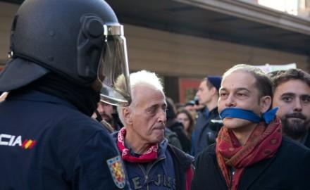 """El gobierno español impone en el Parlamento su """"ley mordaza"""", inspirada en el franquismo"""