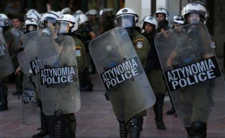 Solidaridad internacional con los manifestantes griegos detenidos en Plaza Syntagma. - http://go.shr.lc/1HwWLFE via @ClaseVsClase